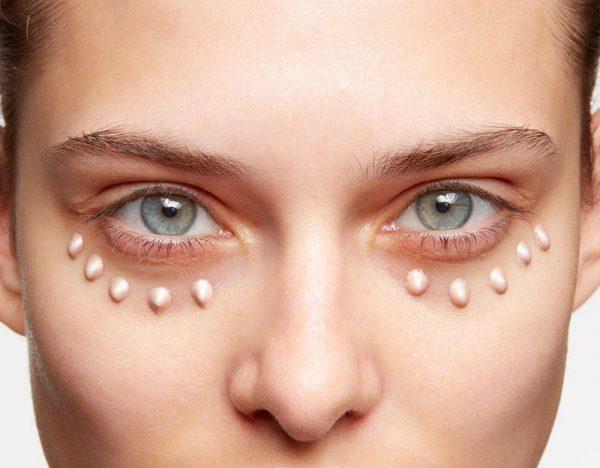 Тёмная кожа под глазами и нанесенный точками иллюминайзер