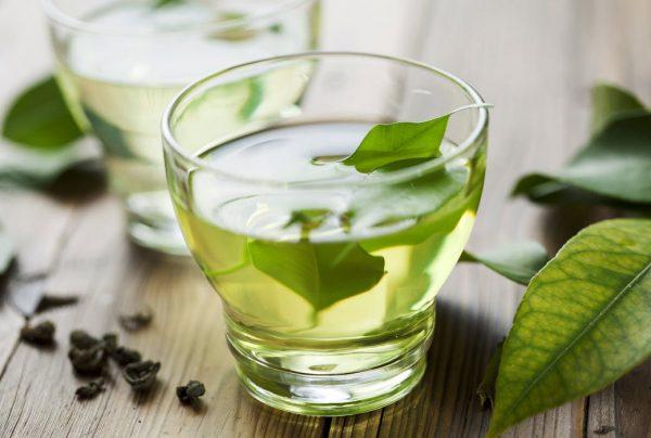 Зелёный чай в прозрачном бокале