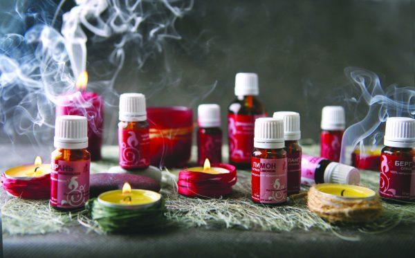 Эфирные масла и свечи стоят на столе