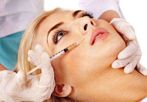 Инъекция плазмы под кожу женщины