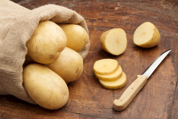 Картофель и нож на столе
