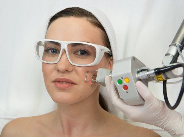 Девушка на процедуре лазерного омоложения