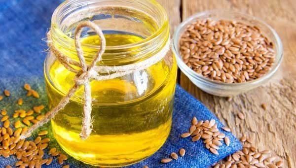 Льняное масло в открытой банке и семя льна