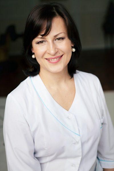 Маргарита Левченко улыбается в белом халате