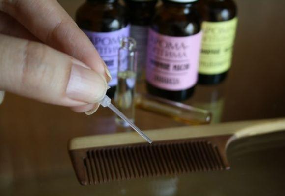 Нанесение масла на расчёску