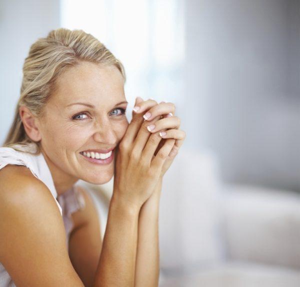 Женщина с счастливым выражением лица