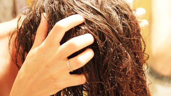 Втирание масла в волосы