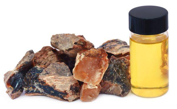 Смола ладанного дерева и эфирное масло из неё в стеклянной бутылке