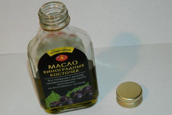 открытая бутылка нерафинированного масла виноградных косточек