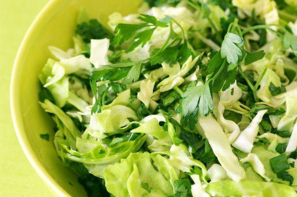 салат из зелени в тарелке