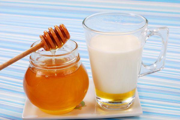Банка мёда и кружка молока