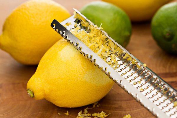 Отделение цедры лимона с помощью специального приспособления