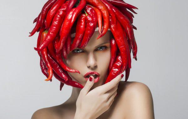 Девушка с композицией из острого перца на голове