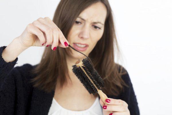 Девушка с выпадающими волосами