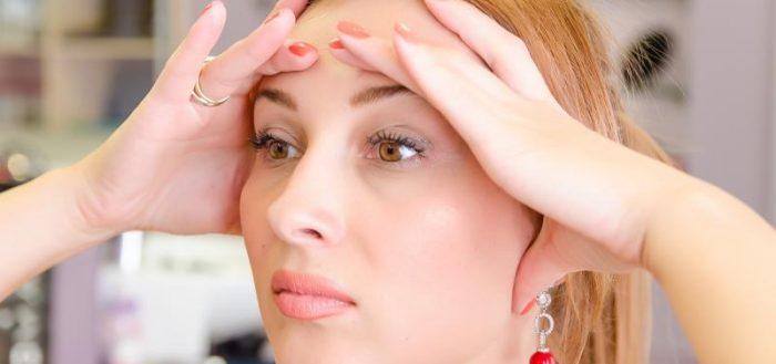 Девушка выполняет омолаживающие упражнения для глаз