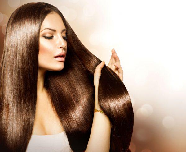 Девушка с красивыми блестящими волосами