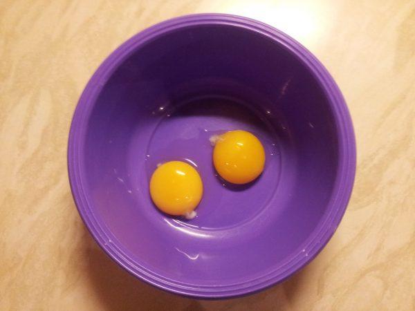 Два яичных желтка