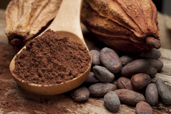 Какао порошок в деревянной ложке