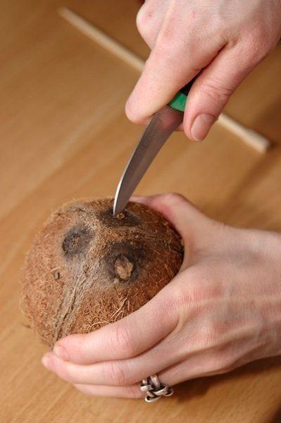 Кокос прокалывают ножом