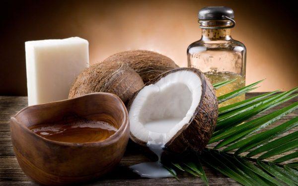Кокосы и кокосовое масло на столе