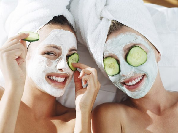 Две девушки с глиняными масками на лице