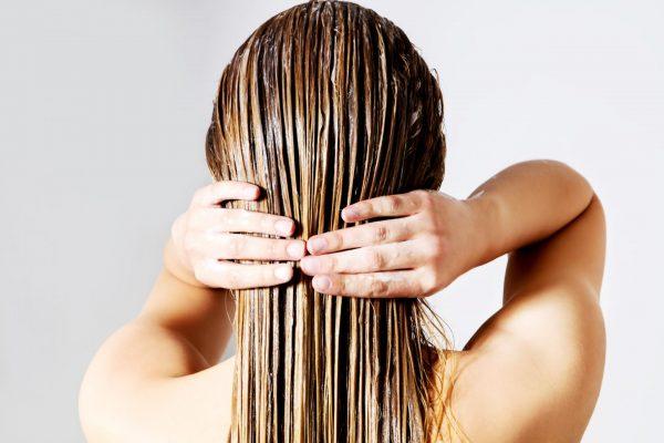 Маска на волосах девушки (вид сзади)