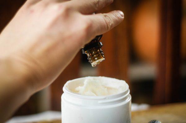 Добавление масла в крем