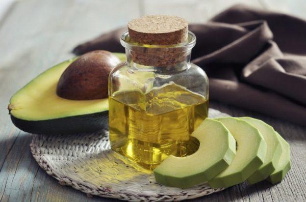 Масло авокадо в прозрачной бутылочке