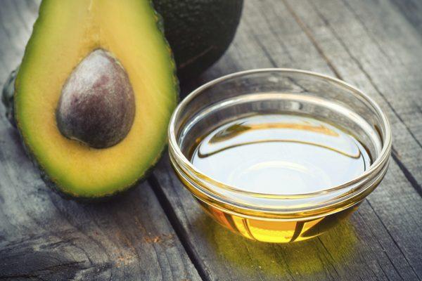 Масло авокадо в прозрачной соуснице