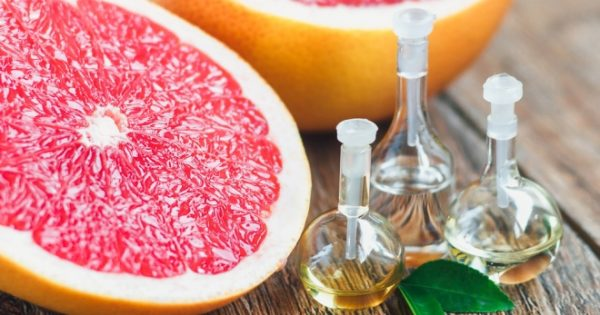 Масло грейпфрута и фрукт в разрезе