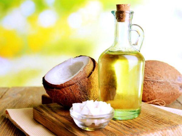 Масло кокоса в пиале и в графине