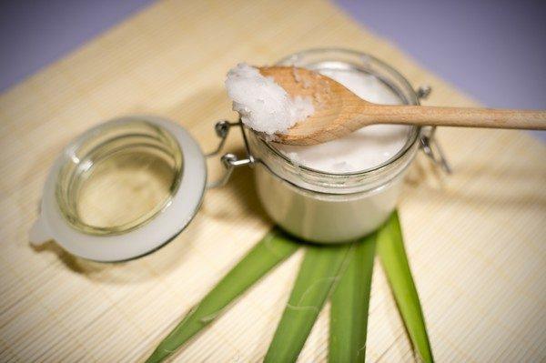 Масло кокоса в ложке и банке