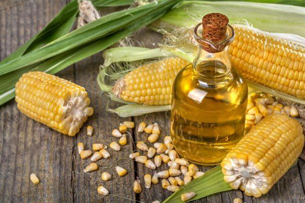 Масло кукурузы в прозрачном флаконе