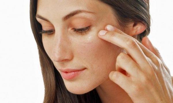 Нанесение масла ладана на кожу вокруг глаз