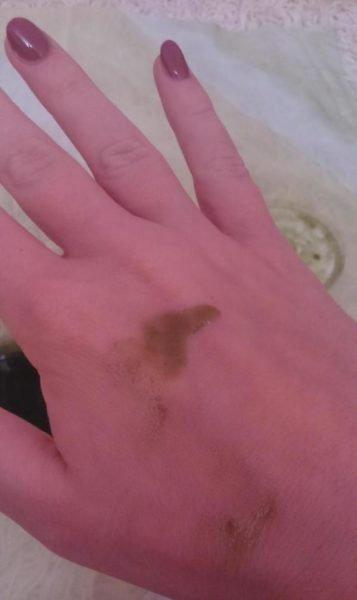 Масло лавра на руке девушке