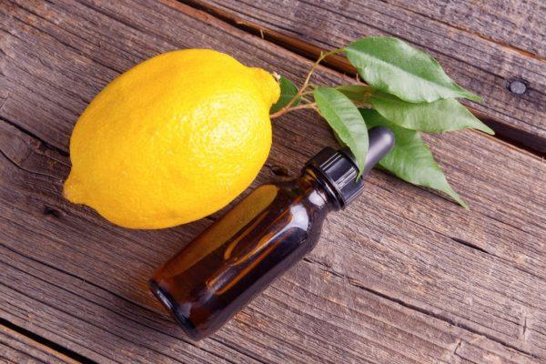 Масло лимона в тёмном пузырьке с дозатором