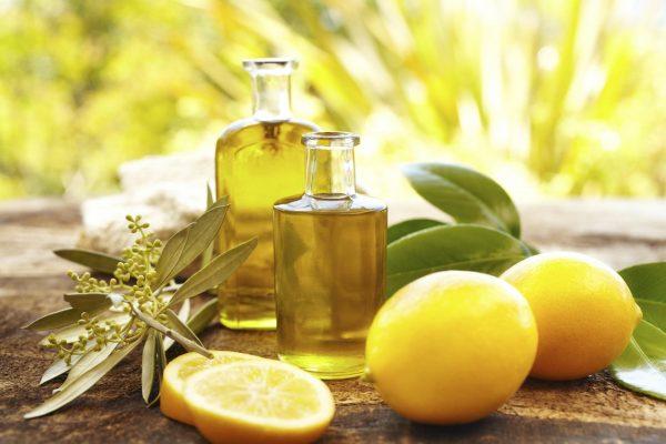 Масло во флаконах и лимоны