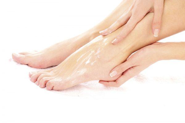 Массаж ног с маслом