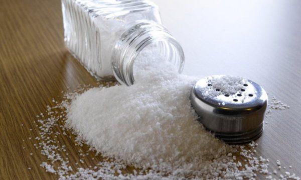 Мелкая соль на столе