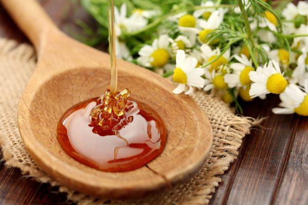 Натуральный мёд на деревянной ложке