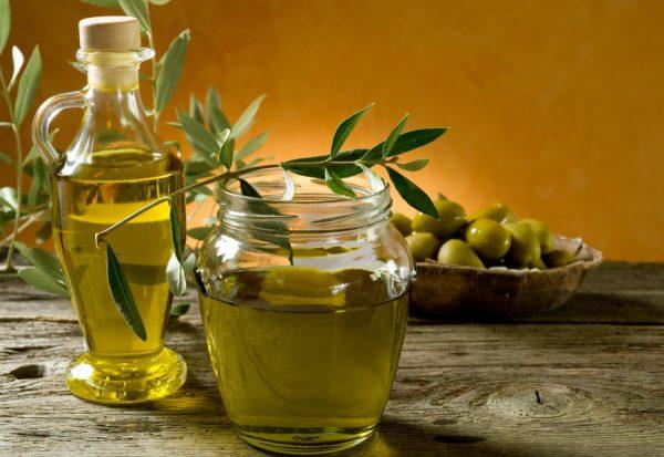Оливковое масло в прозрачной банке