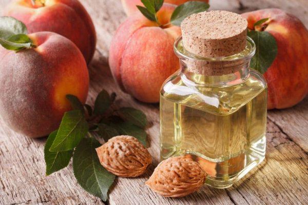 Персиковое масло в прозрачном флаконе