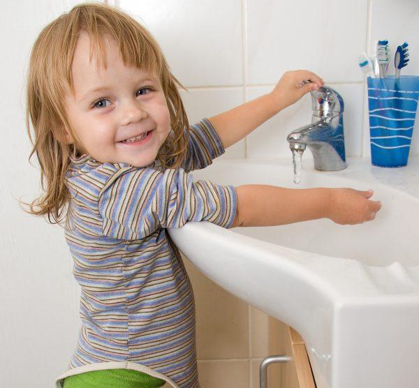 Ребёнок в ванной комнате