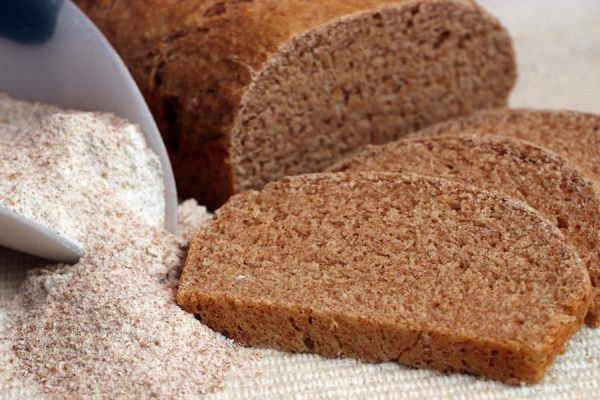 Ржаная мука и хлеб на столе