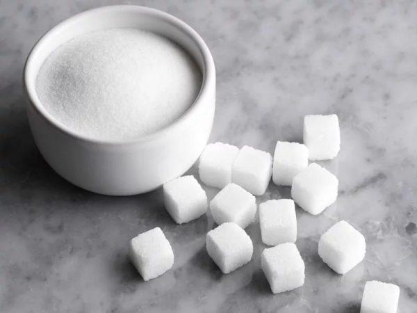 Сахар в белой пиале