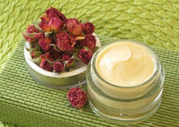 Баночка крема и сухие бутоны роз