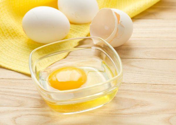 Сырое яйцо в прозрачной тарелке