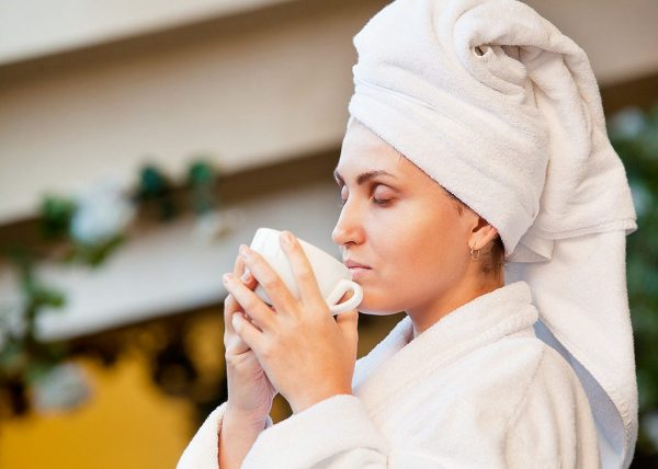 девушка во время процедуры пьёт чай