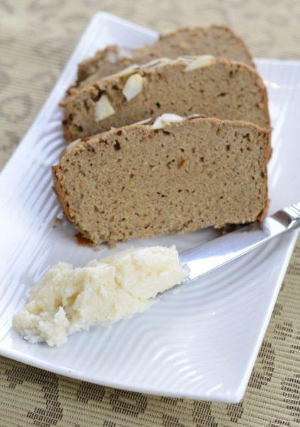 хлеб и кокосовое масло на завтрак