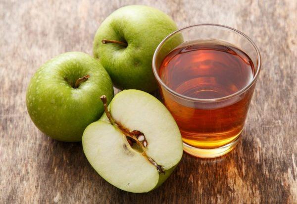 Яблочный сок в прозрачном стакане